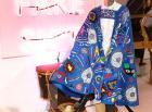 Художничката Илма Гор позира с произведението си